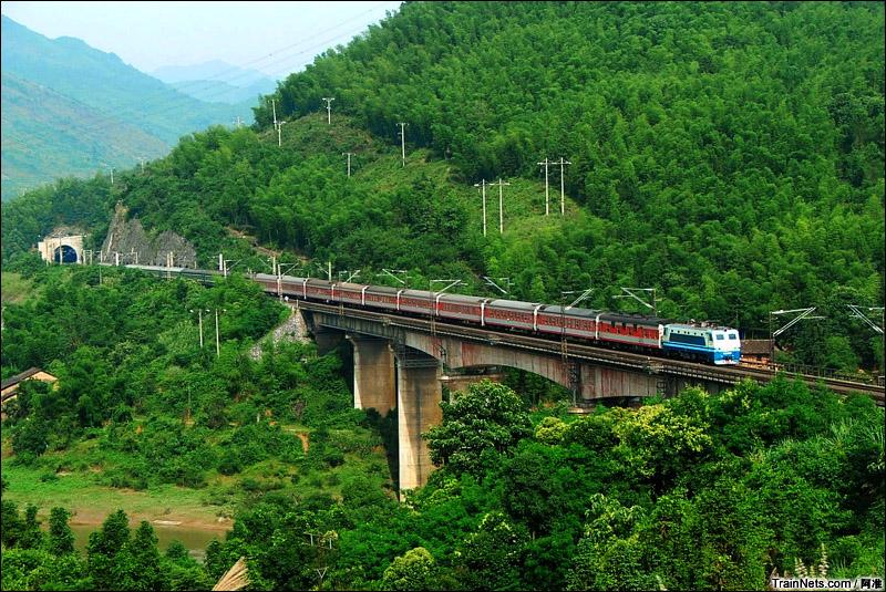 2005年6月11日。京广线。SS8牵引客车经过广东坪石白面石武水大桥,桥下方是旧京广铁路。