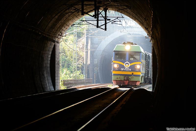 2012年10月2日。京九线。DF4C牵引货车通过广东和平隧道群。