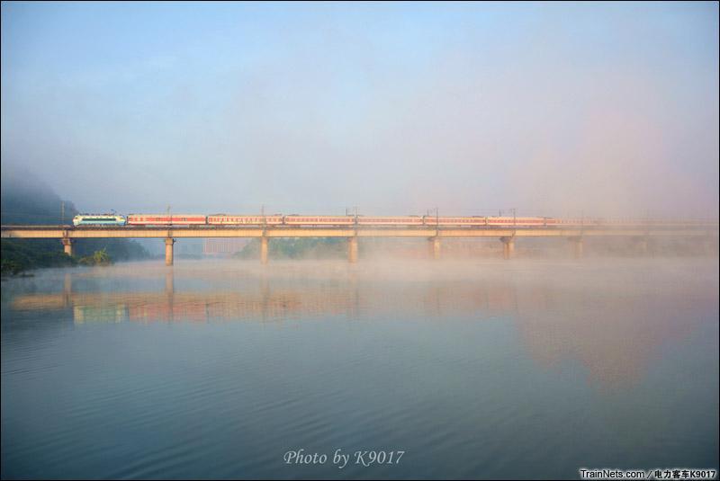 2014年12月21日早晨,京广线。广东英德黎溪镇附近,SS8牵引客车在晨雾中穿行。