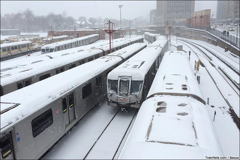 2014年12月11日。白雪覆盖的加拿大多伦多地铁一号线Davisville车辆段。