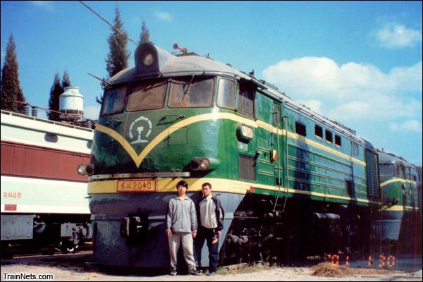 2001年与胡志刚在昆明机务段和老东风的合影。