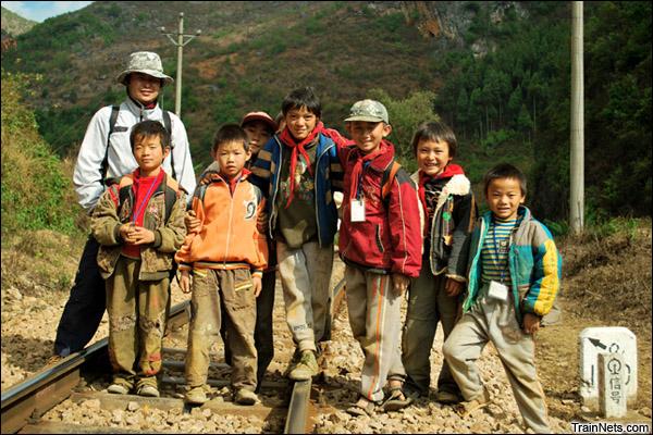 2009年徒步考察滇越铁路时和山村孩子们的合影。(图/吴远东)