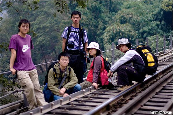 2010年和轨汽团队在老范寨大桥上的合影。左一为史旭、左二曾晴、左三吴远东、右一为本人。(图/史旭)
