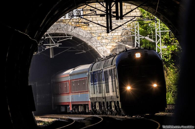 2012年10月2日。京九线。DF11G牵引客车通过广东和平隧道群。
