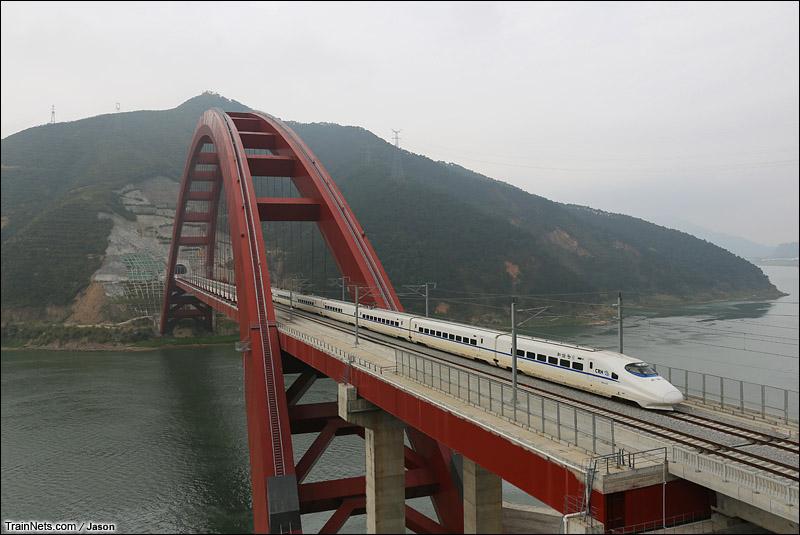 2015年2月21日。广东肇庆。CRH2A列车驶过南广铁路肇庆西江大桥。