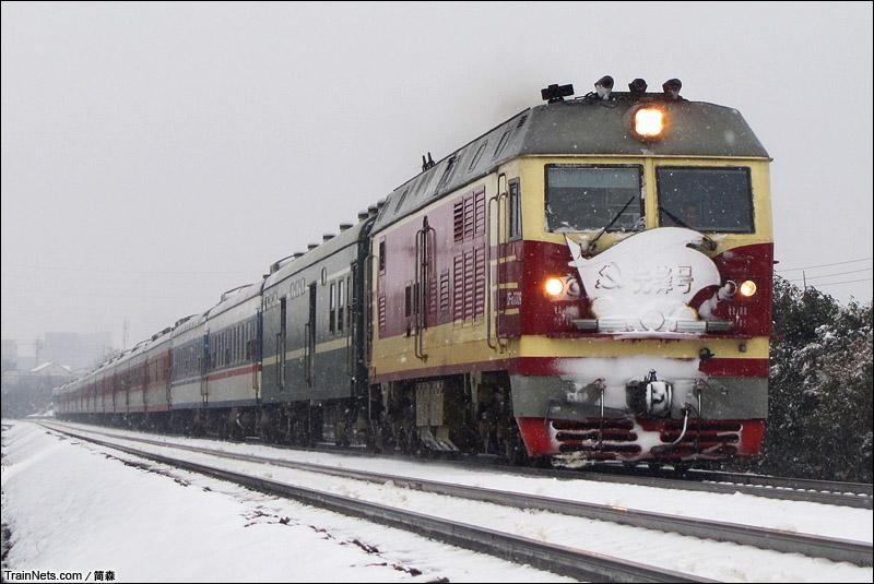 2015年1月29日。安徽巢湖刘黄村。淮南线。DF4DZ牵引K8554次,池州-阜阳在雪中飞驰。