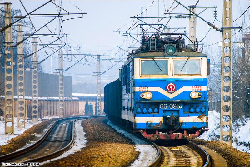 2014年2月9日。同蒲铁路。山西省洪洞县,8G牵引货列通过。