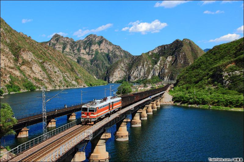 2014年6月7日。北京丰沙线。8K-144牵引货车通过四号桥。