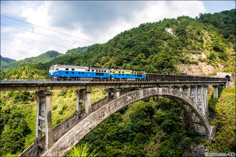2014年5月。赣龙线。双机DF4DH通过龙岩吊钟岩大桥。(图/李懿)