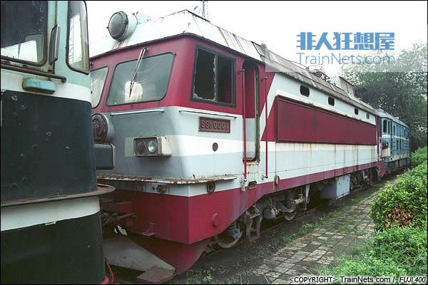 2005年。郑州机务段内封存的SS5型电力机车。(图/火车仔/P7310)