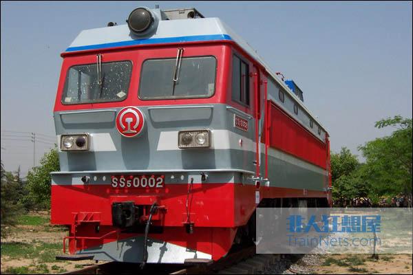 2006年10月。郑州世纪乐园内展示的SS5-0002号机车。(图/杆哥在地铁二号线)