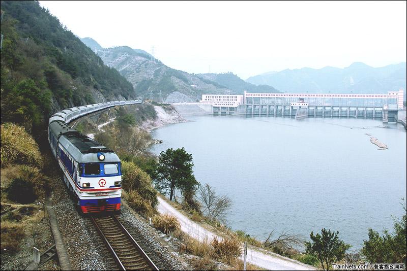 2015年2月14日。浙江丽水。金温铁道的DF4B牵引K943次经过开潭水电站。