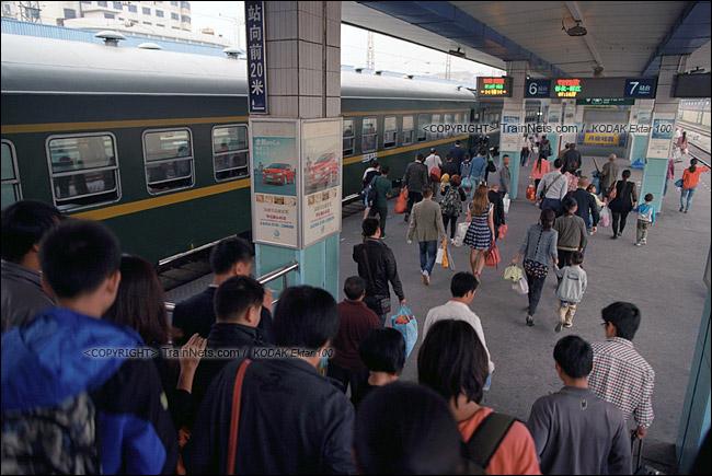 2013年10月。早晨,怀化火车站。两趟绿皮车的乘客同时进站。(E1422)