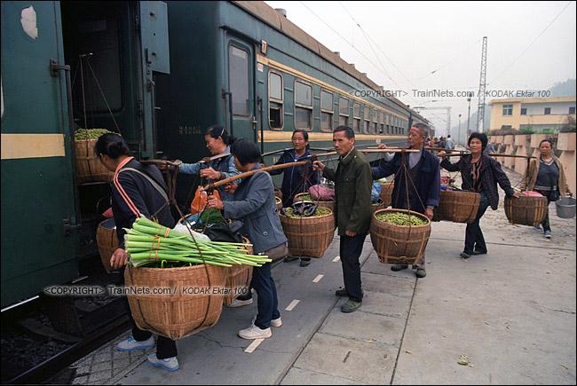 2013年10月。渝怀线。郭公坪站,不少菜农抬着农作物上车。(E1427)