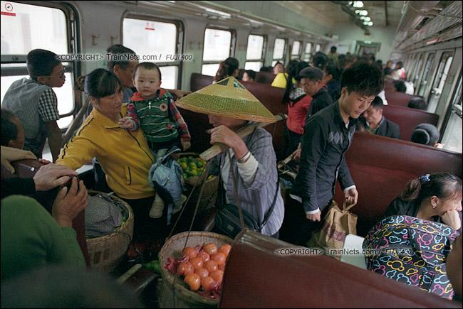 2013年10月。渝怀线。上了车的菜农匆忙地找地方放自己的箩筐。(E1513)
