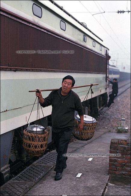 2013年10月。渝怀线。7272次抵达梅江站,负责列车员午餐的村民挑着午餐走来。(E1533)