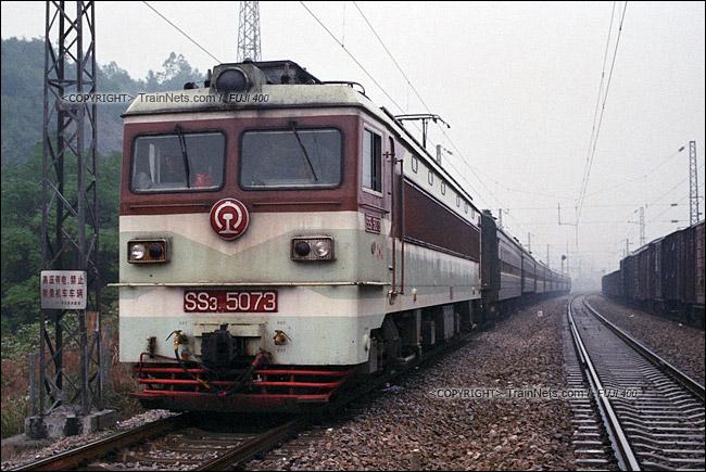 2013年10月。渝怀线。韶山3牵引7272次抵达梅江站。(E1605)