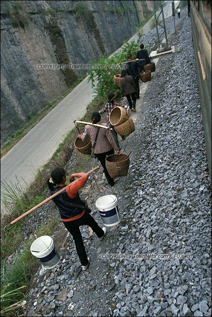 2013年10月。渝怀线。前往怀化的7271次列车抵达锦和站,菜农下车后直接沿着铁路走回家。(E1615)