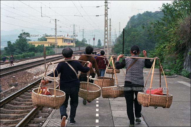 2013年10月。渝怀线。前往怀化的7271次列车抵达锦和站,菜农下车后直接走向铁路回家。(E1619)