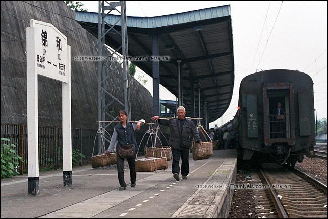 2013年10月。渝怀线。前往怀化的7271次列车抵达锦和站,菜农下车后直接走向铁路回家。(E1624)