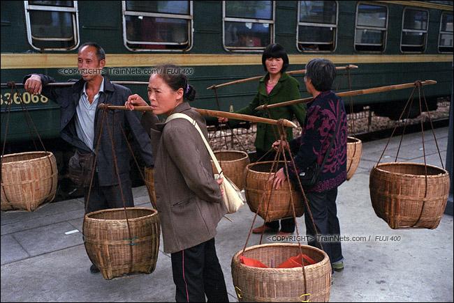 2013年10月。渝怀线。前往怀化的7271次抵达铜仁站,卖完农产品的农民再次排队上车。(E1718)