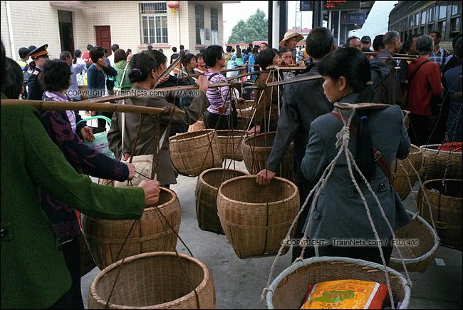 2013年10月。渝怀线。前往怀化的7271次抵达铜仁站,卖完农产品的农民再次排队上车。(E1723)