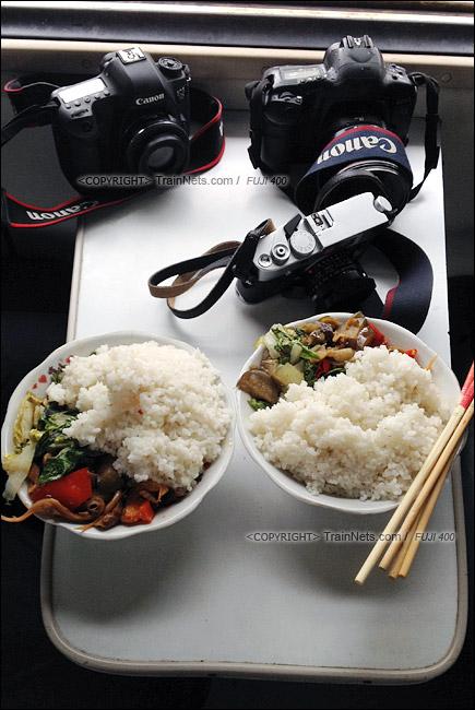 2013年10月。梅江站。在宿营车里吃到的列车员饭菜。