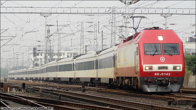 """2014年6月22日,""""砍头""""的SS9G-0142担当Z45次,杭州-武昌通过京广线区间K1211+600,进入武昌车站。"""