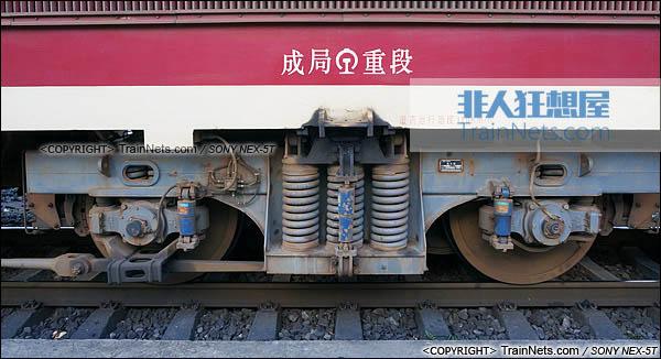 2014年7月。四川普雄站。配属成局重段的SS7C型电力机车。中间转向架。(DSC02041-140717)