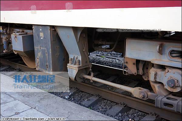 2014年7月。四川普雄站。配属成局重段的SS7C型电力机车。中间转向架的牵引杆。(DSC02043-140717)