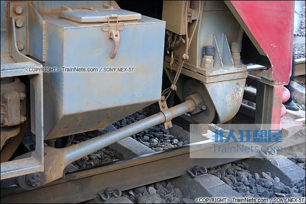 2014年7月。四川普雄站。配属成局重段的SS7C型电力机车。两端转向架的牵引杆。(DSC02044-140717)