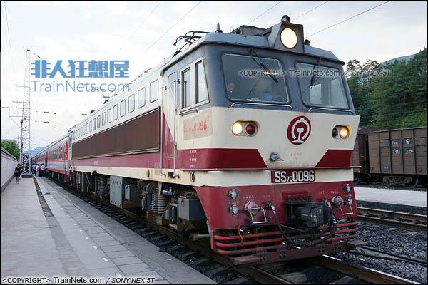 2014年7月。四川普雄站。配属成局重段的SS7C型电力机车。(DSC02047-140717)