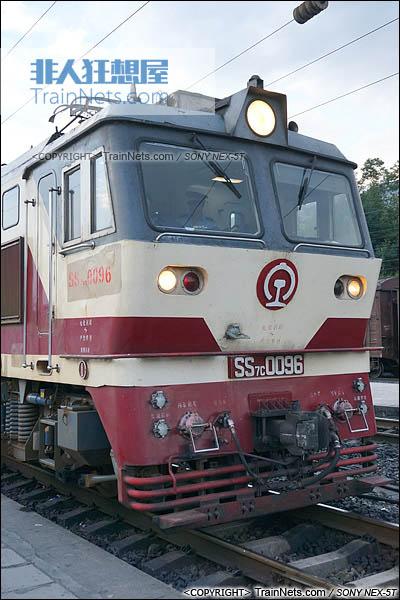 2014年7月。四川普雄站。配属成局重段的SS7C型电力机车。(DSC02050-140717)