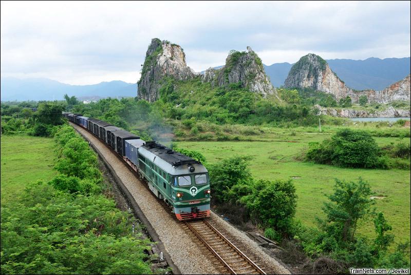 2015年5月17日。广东阳江。三茂铁路。DF4B牵引货车通过阳阳铁路桥底。(图/Jovikcl)