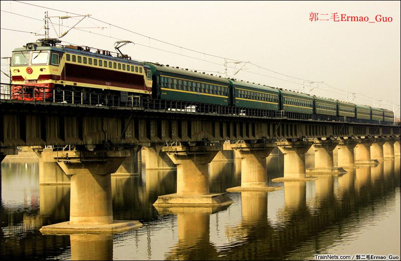 2015年3月12日。西安。SS7C牵引4972次汉中-西安通过灞河。