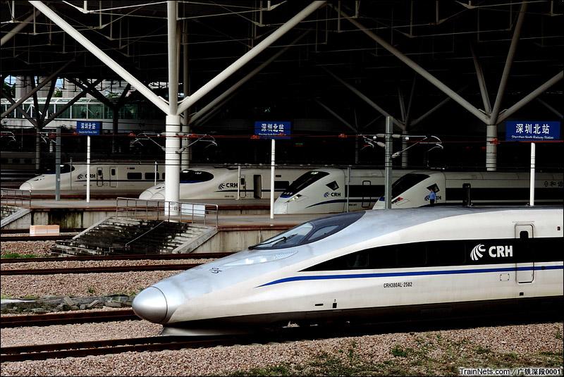 2015年5月24日。深圳北站。一列CRH380AL出深圳北站,身后是一片等待开出的动卧列车。(图/广铁深段0001)