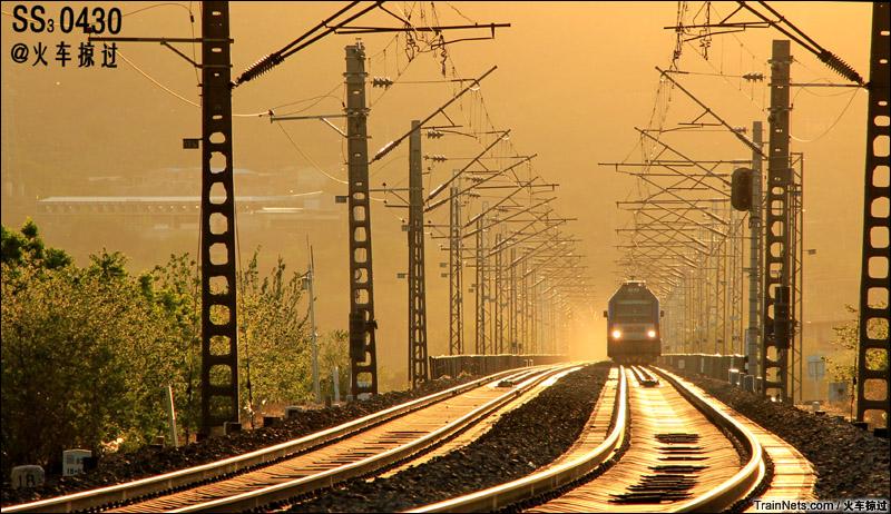 2015年5月。北京。金光洒在丰沙线上。