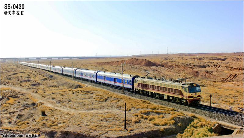 2015年2月。包兰铁路青铜峡-青分区间。SS7C与25K组合,T178次,乌鲁木齐南-北京行驶在茫茫戈壁上。