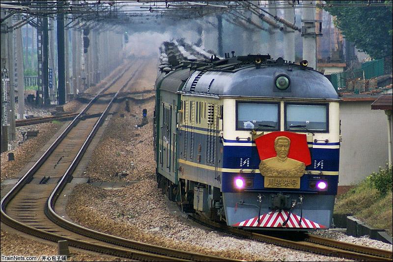 """2009年8月1日。DF11-1898""""周恩来号""""牵引的京沪大绿皮神车1461次(图/开心包子铺)"""