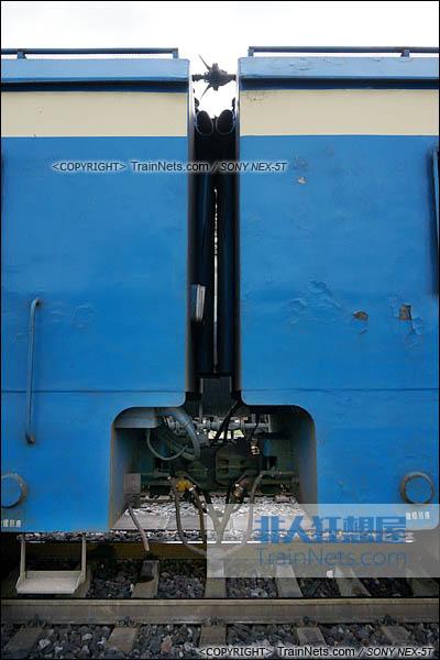 2014年7月18日。配属成局西段的SS4型电力机车。机车连接处。(DSC02094-140718)