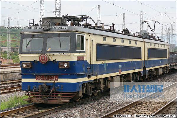 2014年7月18日。配属成局西段的SS4型电力机车。(DSC02156-140718)