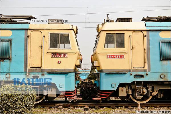 2015年2月。峨眉检修基地(原燕岗机务段),左为SS4型电力机车,右为SS4(改)型电力机车。(图/兰博天使)