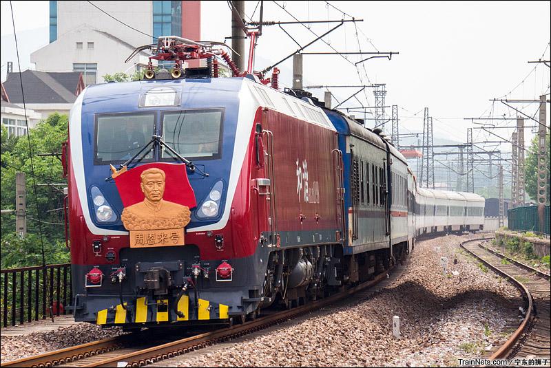 """2015年5月10日。江苏南京。HXD1D""""周恩来号""""牵引T7605次,东至-上海。"""