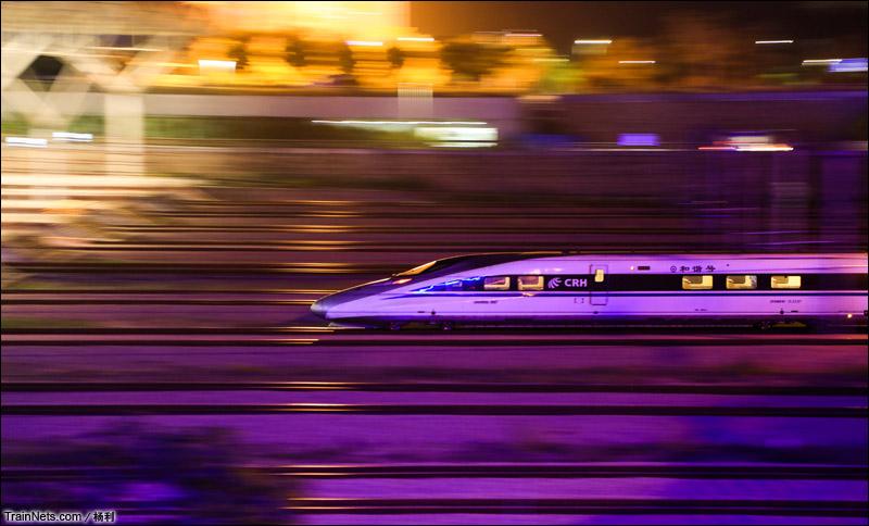 2015年3月20日。夜幕下,CRH380A驶入深圳北站。