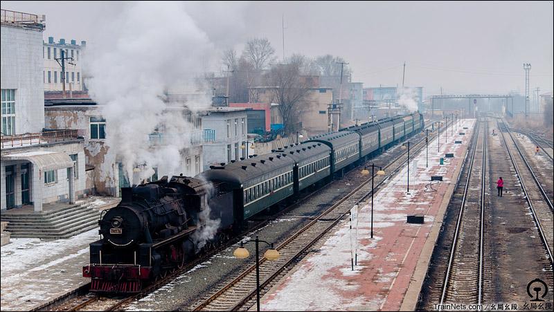 2015年1月25日。铁岭,调兵山站。KD6与上游1772共同牵引旅游专列。
