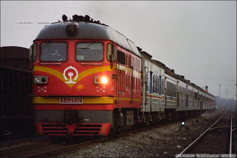 2005年2月。广东三水。DF4B牵引客车通过三水西站。(P4321)