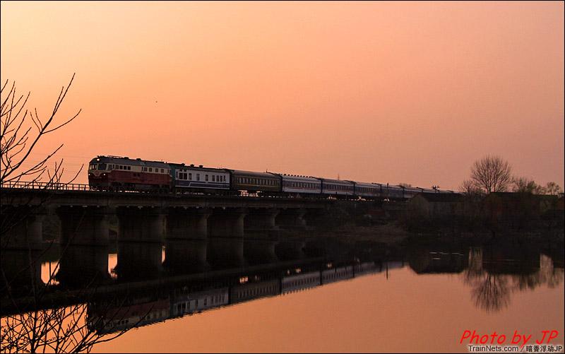 2015年5月。巢湖。DF4D牵引客车通过。