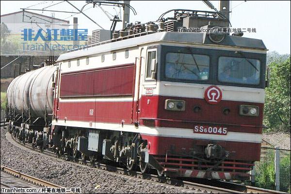 配属西安铁路局的SS6型电力机车。(图/杆哥在地铁二号线)