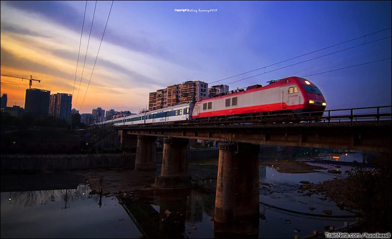 2015年2月。湖南郴州。SS9G牵引客车通过苏仙桥。(图/Huochess8)