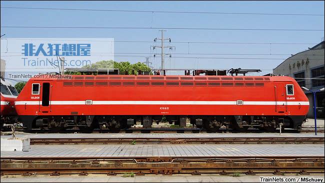 武昌南机务段。配属武局南段的SS7E型电力机车。(图/MSchuey)